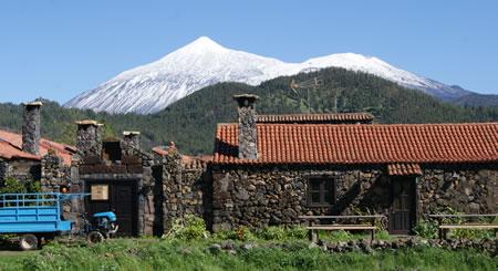 Vista del Hotel Rural Caserio Los Partidos con el Teide nevado de fondo.