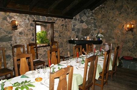 Vivir en harmonia con la naturaleza es nuestra filosofía y Francesco la pone in practica con su cocina, utilizando solo productos locales  frescos (carnes, pescados, quesos, etc ), frutas y verduras de temporada; también prepara para Ustedes pan, pizzas, tartas, pasteles y marmeladas.